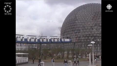 Minirail en mouvement avec le pavillon en boule des États-Unis pour Expo 67
