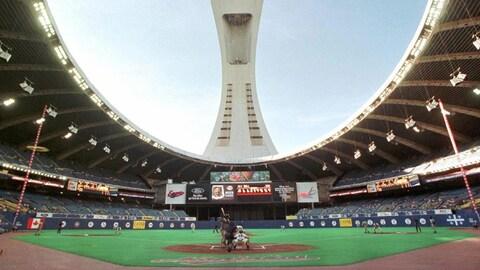Plan d'ensemble de l'intérieur du stade olympique de Montréal, où se dispute un match de baseball.