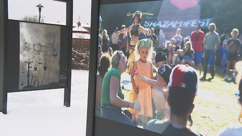 Deux photos de l'exposition sont présentées en gros plan.