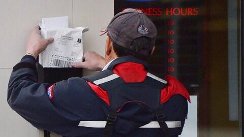 Un facteur livre le courrier à Ottawa.