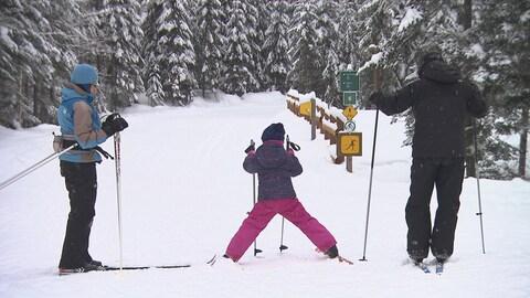 Une famille s'apprête à faire une randonnée de ski de fond.