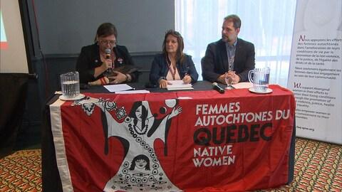 Vivianne Michel et Carole Bussières, respectivement présidente et directrice générale de FAQ avec le député néo-démocrate, Alexandre Boulerice.