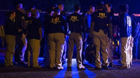 Une dizaine d'agents du FBI sont rassemblés sur le lieu de l'explosion dans le comté de Travis, pendant la nuit.