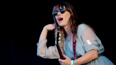 Feist, artiste canadienne, en spectacle, guitare à la main