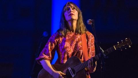 La chanteuse Feist à l'église Sainte-Thérèse d'Avila, sur la rive nord de Montréal, le 18 mai 2018, lors du festival Santa Teresa.