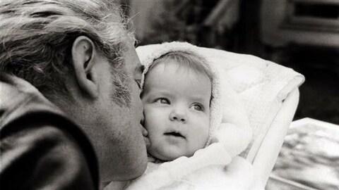 Félix Leclerc et Nathalie, sa fille. 1968 Félix embrasse la joue de son petit bébé.