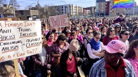 Une foule de personnes marchent dans une rue aux États-Unis.