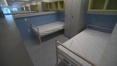 Des lits avec un casier