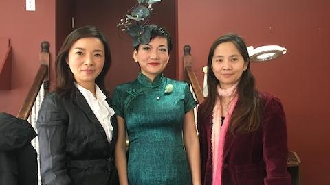 Ally Guo avec deux de ses clientes à l'ouverture d'un salon de beauté à Charlottetown.