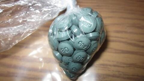 Des pilules bleues dans un sac de plastique.