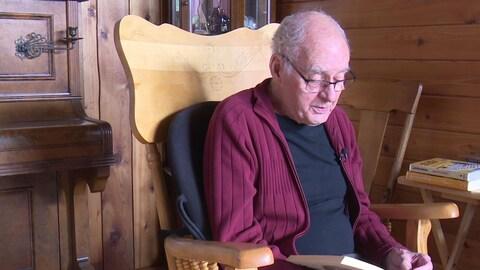 Fernard Bellehumeur tient son livre « Partir », basé sur les lettres de son grand-père Joseph  « Pit », dans ses mains.