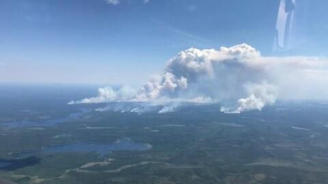 Une vue aérienne d'un feu de forêt.