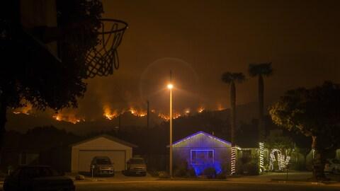 Le feu se profile à l'horizon et progresse vers des résidences de Carpinteria.