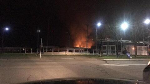 Une station d'autobus, le feu au loin