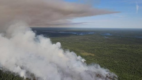 Le feu North Bay 42 en avant plan et le feu North bay 62 avec la fumée qui se propage dans la région de Temagami.