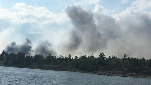 De la fumée qui se dégage d'un incendie de forêt au bord de la rivière Key.