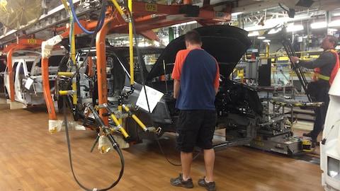 Des travailleurs à l'usine de Chrysler à Windsor