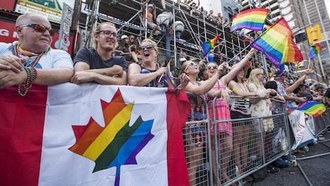 Des spectateurs assistent au défilé de la fierté gaie à Toronto en 2016
