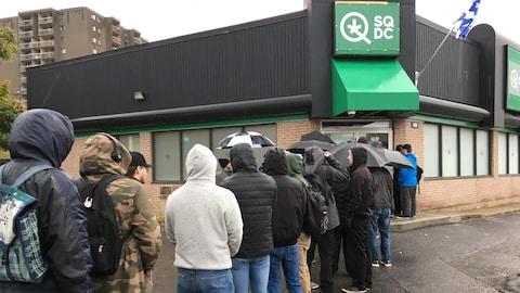 Une vingtaine de personnes faisaient la file environ 45 minutes avant l'ouverture des portes de la SQDC.