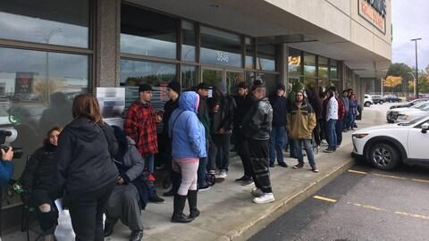 Des dizaines de personnes faisaient la file devant la succursale de Trois-Rivières de la SQDC avant son ouverture.