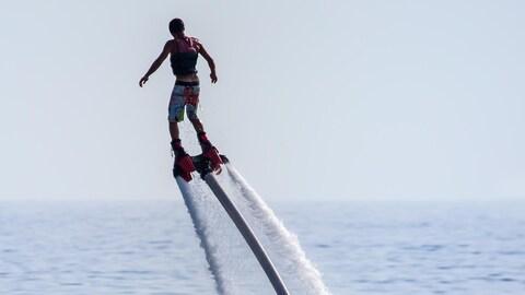 Un athlète de flyboard en action.