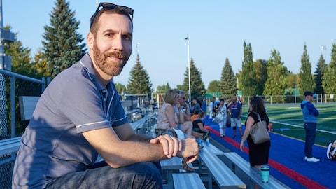 Le neuropsychologue et expert des commotions cérébrales Dave Ellemberg, assis dans les estrades
