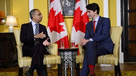 Justin Trudeau parle avec un homme d'affaires.