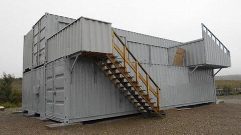 On voit le centre de formation de Matane, une structure composée de 5 conteneurs maritime