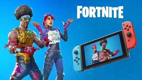 Une image représentant deux personnages de Fortnite qui semblent surpris de voir leur image dans l'écran d'une console Switch qui flotte en l'air devant eux.