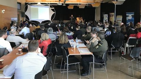 Des personnes assistent à une conférence à l'UQAT à Val-d'Or.
