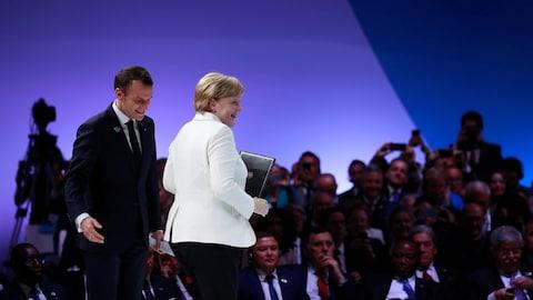 Emmanuel Macron et Angela Merkel sur une scène
