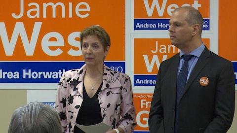 La députée de Nickel Belt, France Gélinas, et le candidat néo-démocrate de Sudbury, Jamie West, présentent les plans de leur parti pour le Nord de l'Ontario.