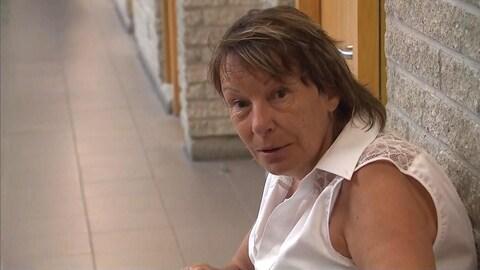 Une femme assise sur un banc