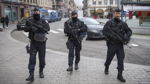 Des policiers lourdement armés dans les rues de Strasbourg.