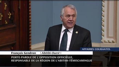 Le député François Gendron s'adresse aux membres de l'Assemblée nationale.
