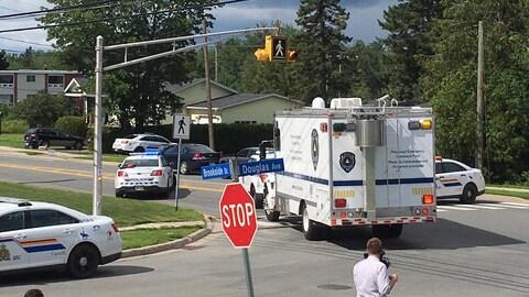 Un camion des services policiers entre dans le périmètre de sécurité