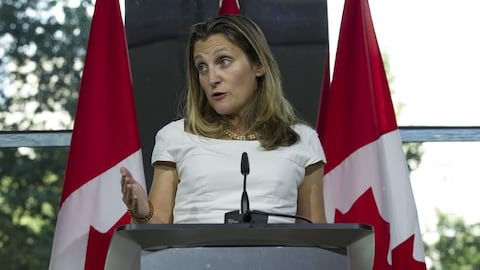 La ministre des Affaires étrangères, Chrystia Freeland, au cours d'un point de presse donné à l'ambassade canadienne à Washington.