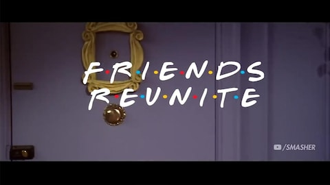 On voit le texte « Friends réunis » sur une séquence dans le fameux appartement du sitcom américain.