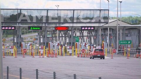 Une voiture s'approche de la frontière canado-américaine.