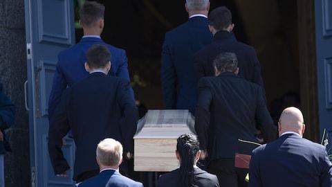 Le cortège funèbre à son entrée à l'église.