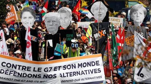 Des manifestants anti-G7 assistent à une marche de protestation à la frontière franco-espagnole, à Hendaye lors du sommet du G7 de Biarritz, France, le 24 août 2019