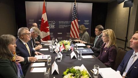 Le ministre fédéral de la Sécurité publique, Ralph Goodale (au centre à gauche) en compagnie notamment de la secrétaire américaine à la Sécurité intérieure Kirstjen Nielsen (au centre à droite) dans le cadre d'une rencontre, lundi à Toronto, entre les ministres de la Sécurité des pays membres du G7.