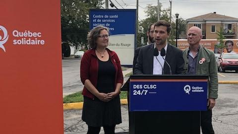 Le co-porte-parole de Québec solidaire Gabriel Nadeau-Dubois en compagnie des candidats Valérie Delage, Steven Roy Cullen et Simon Piotte.