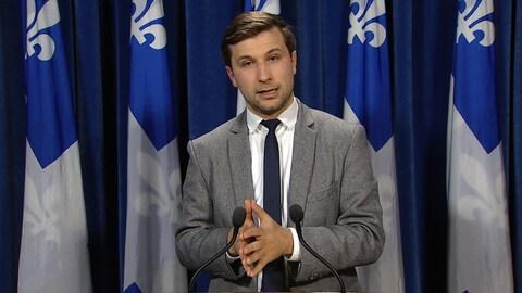 Gabriel Nadeau-Dubois, porte-parole de Québec solidaire, s'exprime devant les journalistes dans une salle de l'Assemblée nationale.