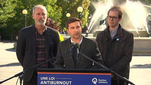 Le co-porte-parole de Québec solidaire Gabriel Nadeau-Dubois a fait cette annonce en compagnie de Vincent Marissal (gauche) et d'Alexandre Leduc (droite).