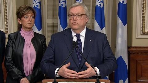 Gaétan Barrette, ministre de la Santé, et Nancy Bédard, présidente de la FIQ.