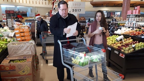 Mgr Gérald Cyprien Lacroix a participé à l'événement en allant faire l'épicerie.