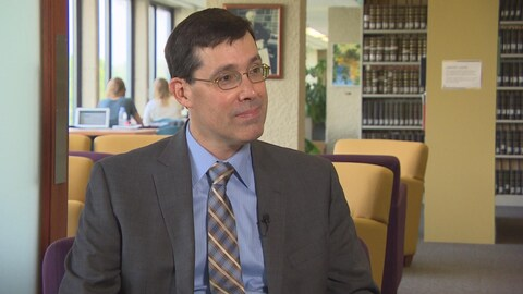 Le professeur Gerald Heckman dans la bibliothèque de la faculté de droit Robson Hall de l'Université du Manitoba