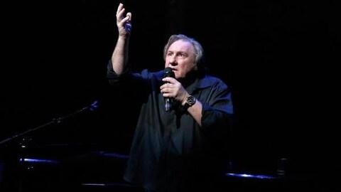 Le chanteur Gérard Depardieu interprète 14 chansons de Barbara dans le spectacle consacré à la chanteuse. On le voit tout de noir vêtu. Il chante une main levée vers le ciel.
