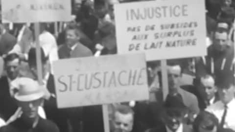 Des agriculteurs manifestent le 25 mai 1967 sur la colline parlementaire à Ottawa pour réclamer une augmentation du prix payé pour leur lait.